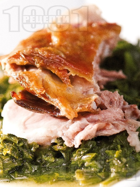 Печено агнешко месо върху сол със спанак, лапад и пресен зелен лук на фурна за Великден или Гергьовден - снимка на рецептата